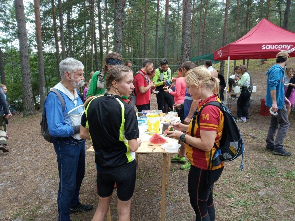 В центре соревнований базируется лагерь с водой, напитками, горячей едой, местами для установки палаток. Участники могут в любой момент вернуться в этот лагерь для отдыха или сна.
