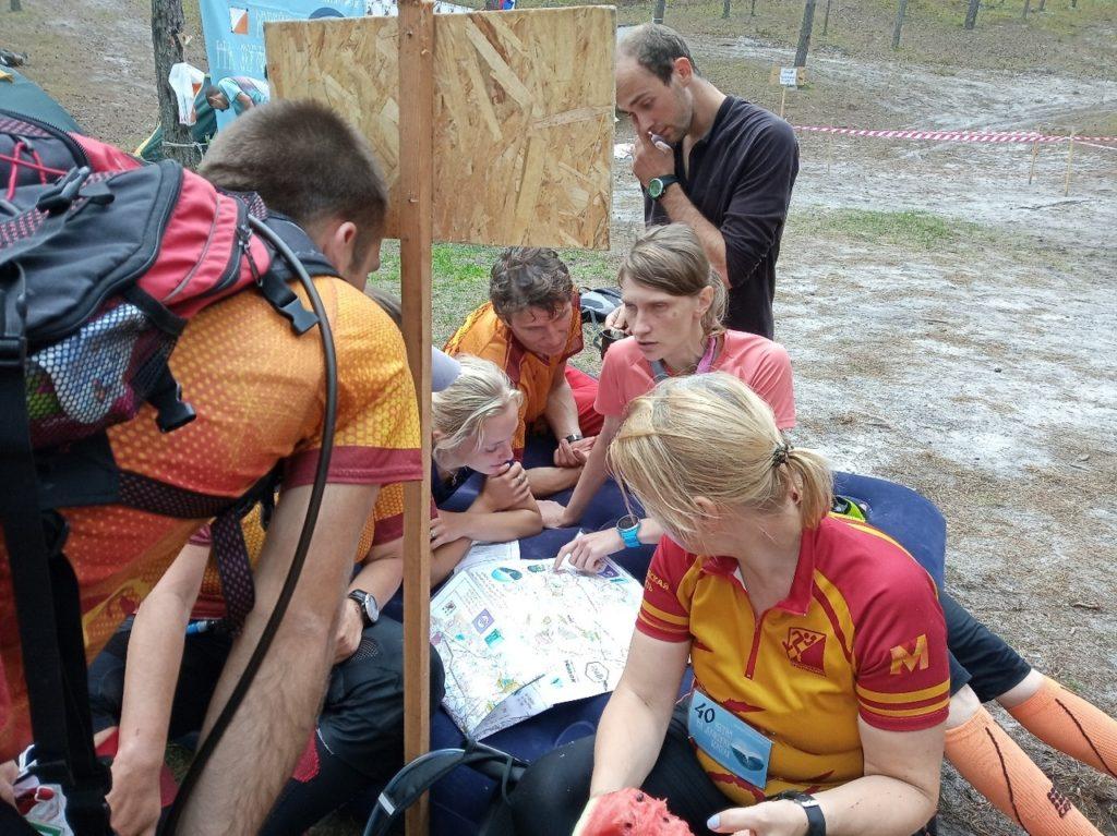 Карты участникам раздаются за 2 часа до старта, тогда же начинается и планирование маршрута.