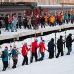 Платформу Кавголово заполнил людской поток.