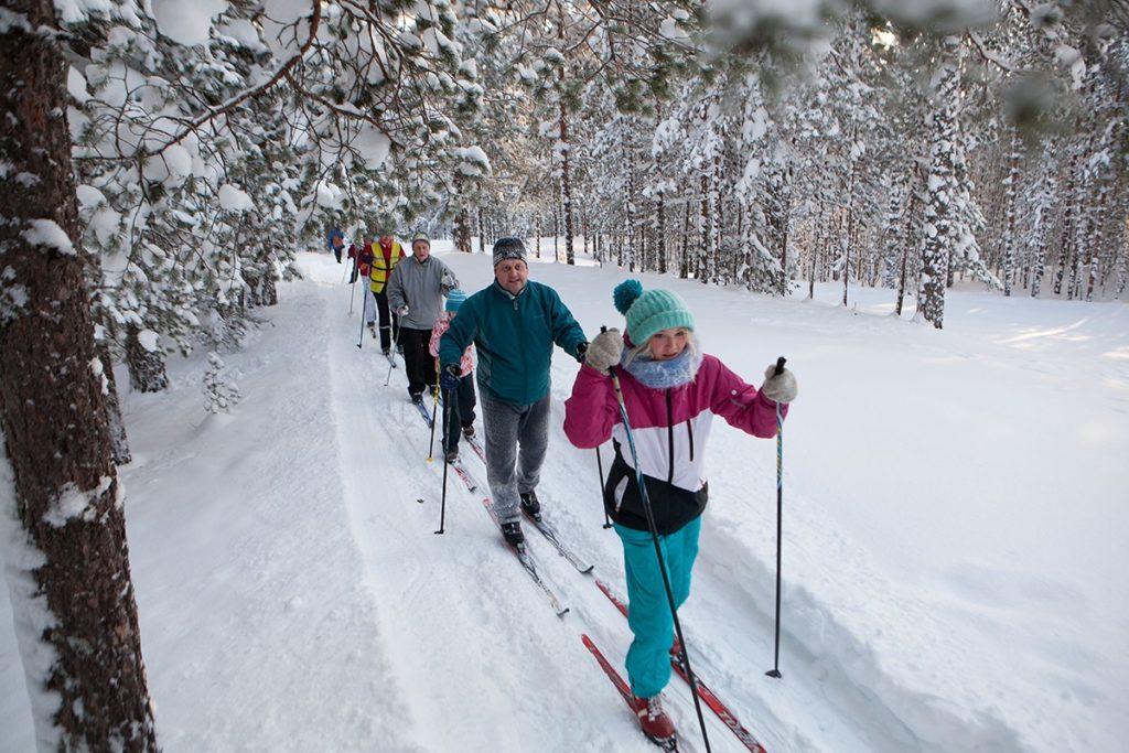 Люди превращались в лыжников.