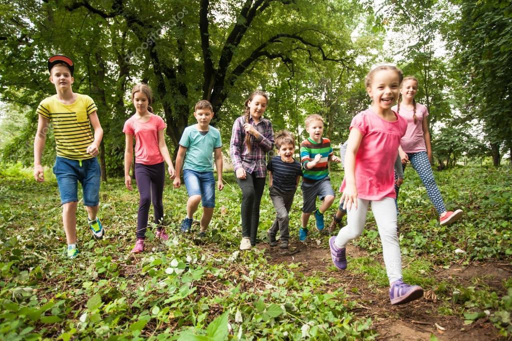 Руководитель игры уводит группу в лес. Капитан группы размечает путь, по которому их ведут.