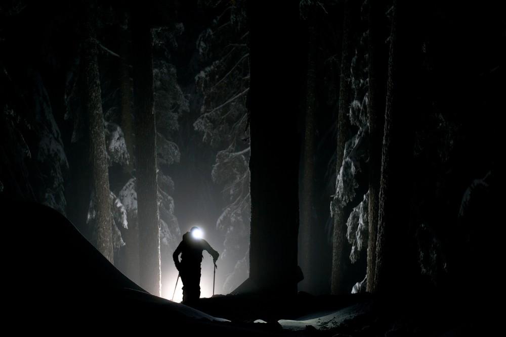 По сигналу начала игры «светлячок» через каждые 30 секунд мигает фонарем в направлении костра, после чего прячется или перебегает на новое место. «Светлячок» отдает фонарь игроку, прикоснувшемуся к нему рукой. Побеждает игрок, у которого в конце игры остается фонарик. Игра продолжается не более двух минут.