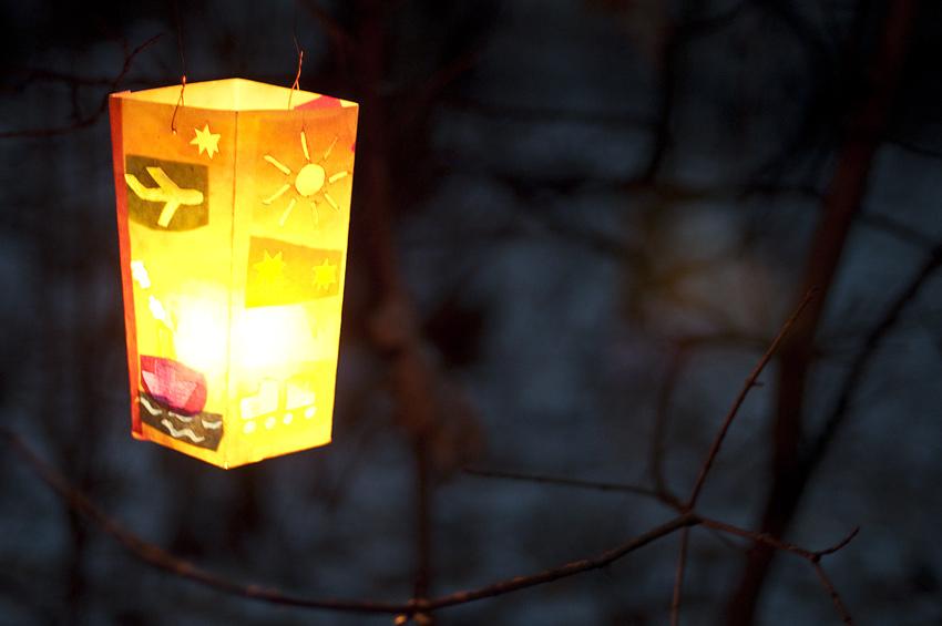 Между контрольными точками лес должен быть безопасным для ночного передвижения без фонаря. Контрольные точки отмечаются бумажными фонариками со свечой внутри.
